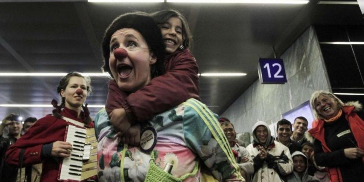 Payasos para olvidar por un rato el sufrimiento de los migrantes