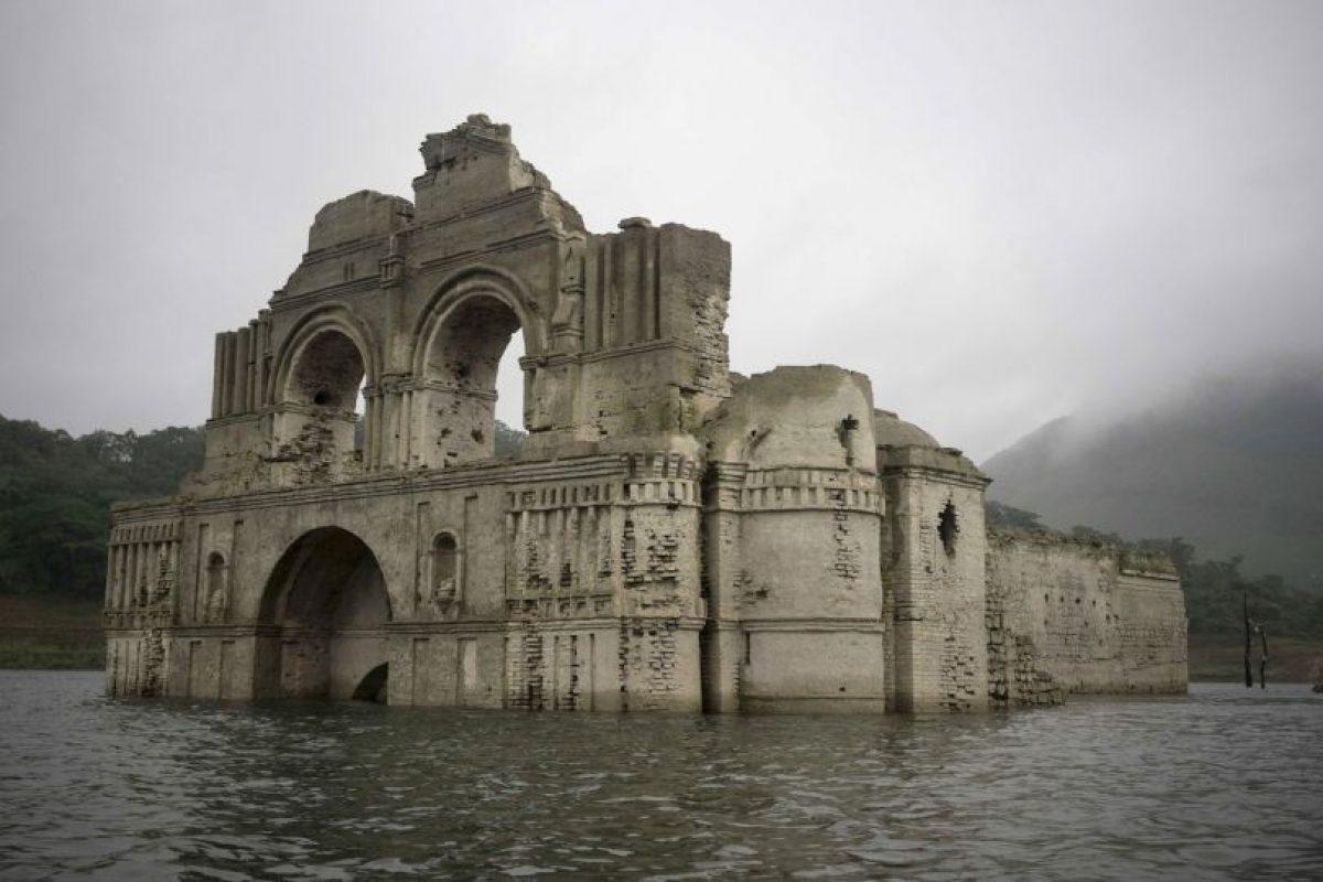 La iglesia, de 61 metros de altura, se sumergió en 1966, cuando se construyó la presa de Malpaso, en el río de Grijalva, el segundo más grande del país. Foto:AP. Imagen Por: