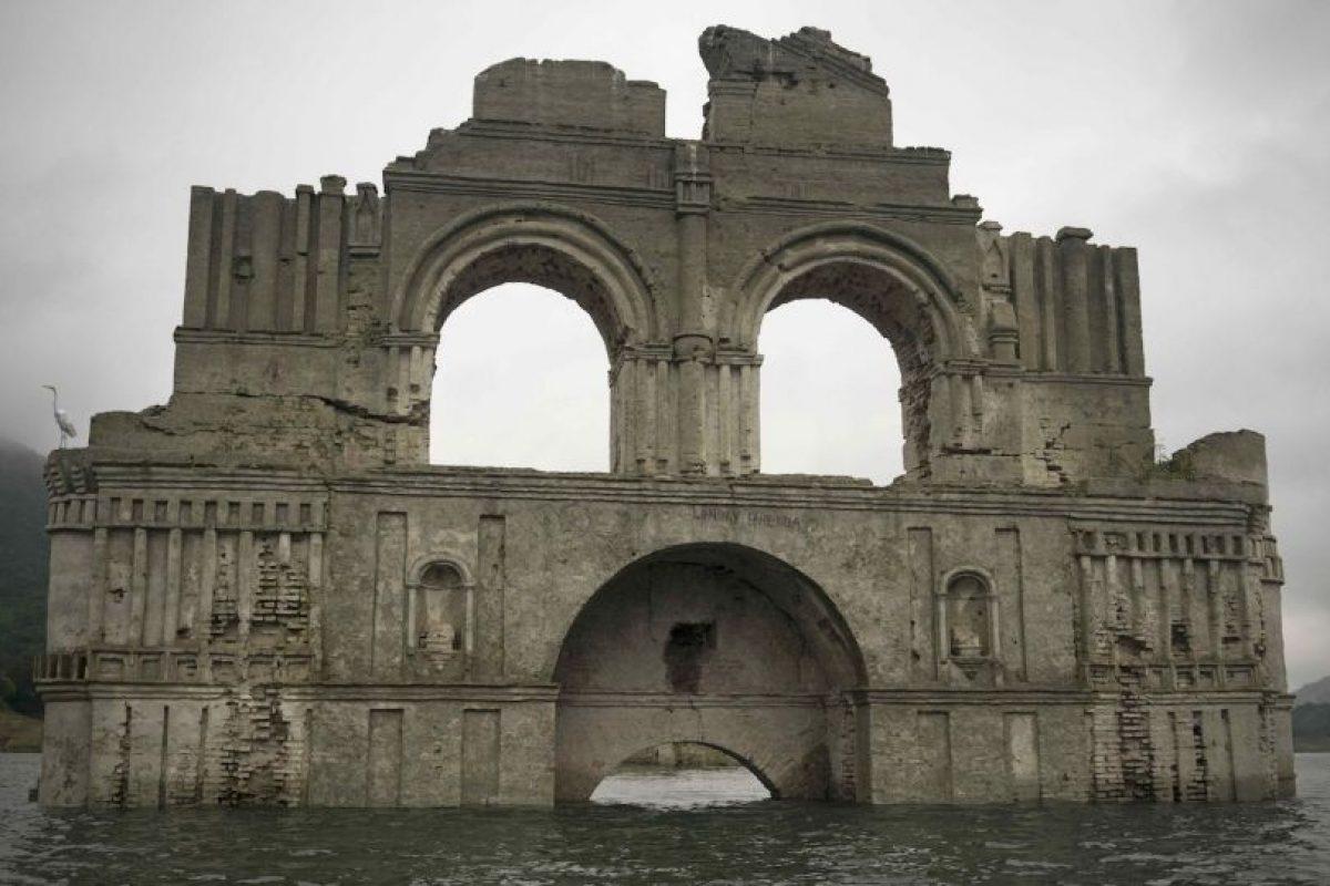 """Una iglesia de más de 400 años de antigüedad """"resurgió"""" de entre un lago debido a la sequía en Chiapas, México. Foto:AP. Imagen Por:"""