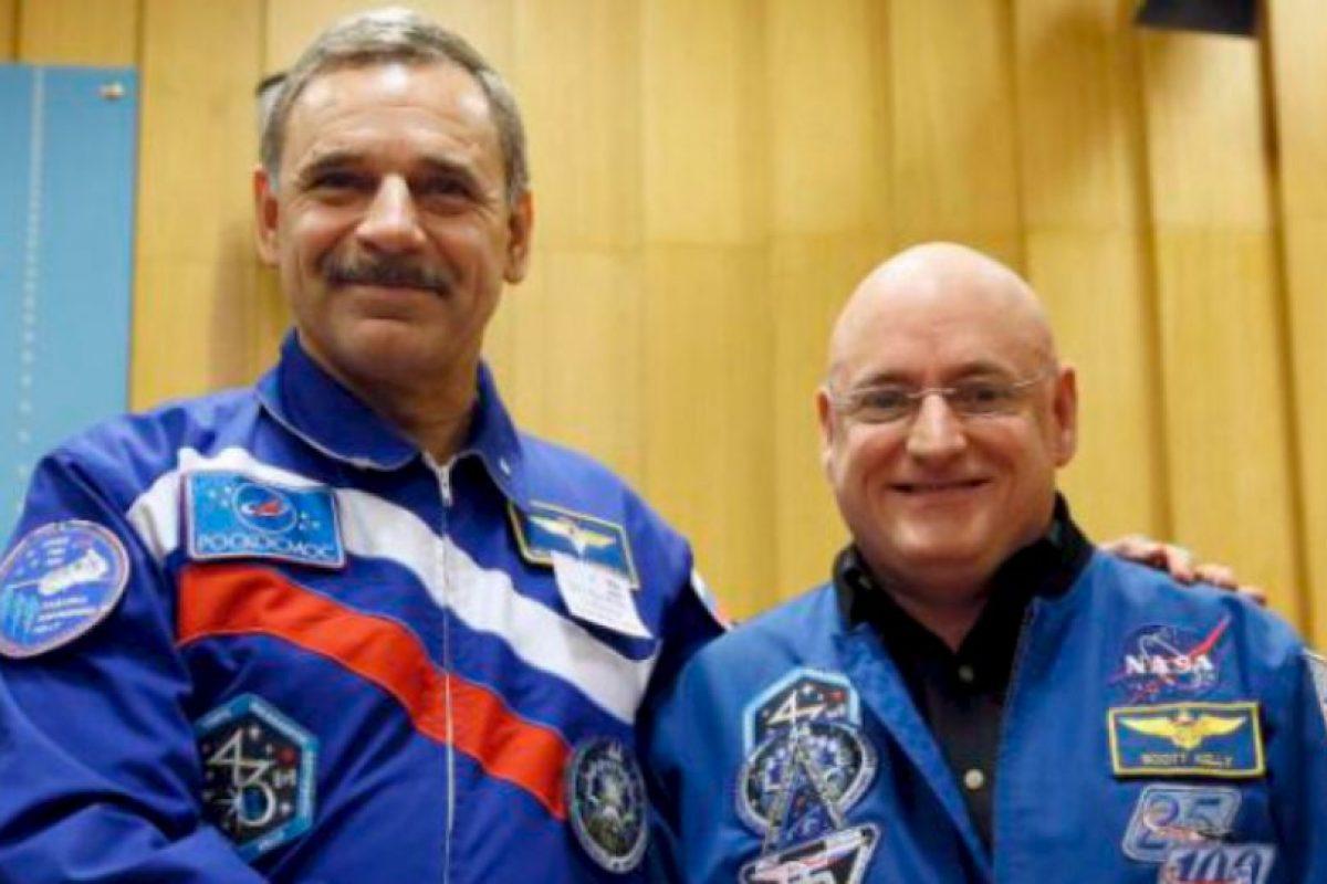 El cosmonauta Gennady Padalka y Mikhail Kornienko (izq) Foto:Vía nasa.gov. Imagen Por: