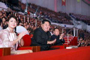 Aquí se aprecia a Kim Jong-Un y su esposa Ri Sol-ju. Foto:AFP. Imagen Por: