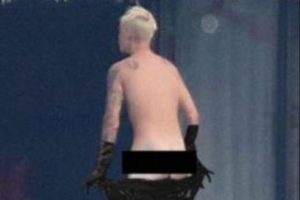 El ídolo juvenil fue captado sin ropa y las burlas no se hicieron esperar. Foto:vía twitter.com. Imagen Por: