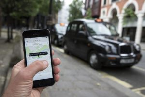Está prohibido en el reglamento de tránsito y es vital para seguridad de los pasajeros. Solamente lo pueden utilizar para ver los mapas para llegar a su destino y cuando el auto se encuentre totalmente detenido. Foto:Getty Images. Imagen Por: