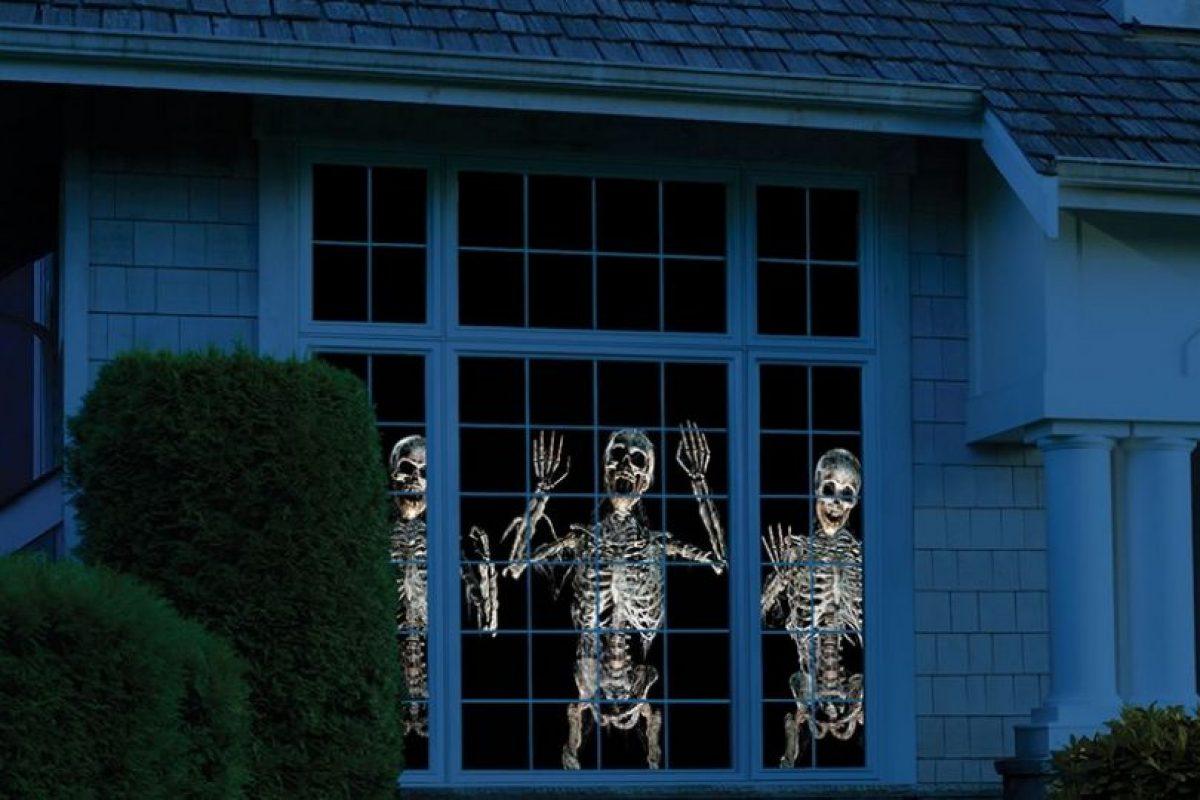 Muestra escenas animadas paranormales tridimensionales de Halloween a través de una ventana o en una pared. Foto:hammacher.com. Imagen Por: