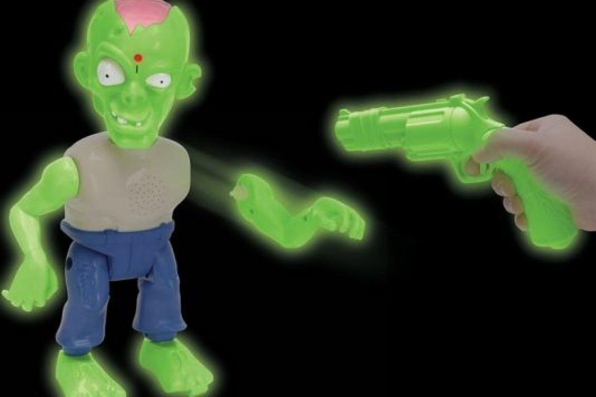 Con este divertido juguete, los defensores de la humanidad tienen sólo 30 segundos para derribar al zombie. Foto:hammacher.com. Imagen Por: