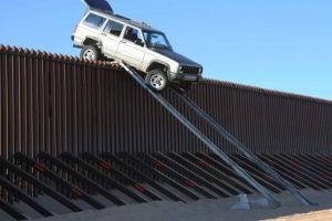 5. Una camioneta quedó atorada en la frontera México – Estados Unidos Foto:Patrulla Fronteriza. Imagen Por: