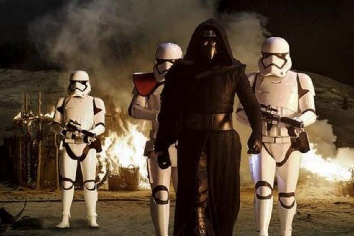Por eso usa una máscara parecida, y el sable de luz en forma de cruz es una invención de él Foto:Lucasfilm. Imagen Por: