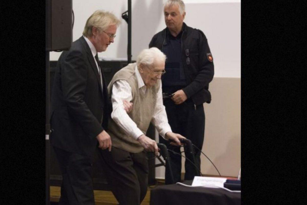 """Groening, conocido como el """"contador de Auschwitz"""" , protagonizó un conmovedor momento en el mes de abril durante el juicio, cuando conoció a Eva Mozes Kor, de 81 años, testigo del campo de concentración de Auschwitz. Foto:vía AP. Imagen Por:"""