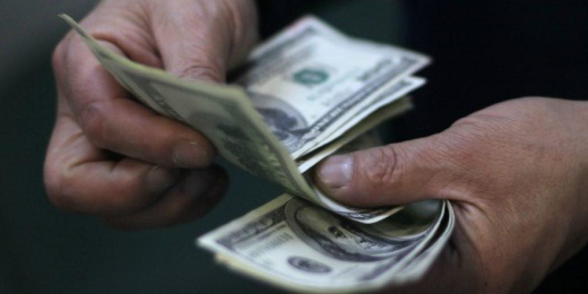 Dólar cierra semana con alza de casi $12