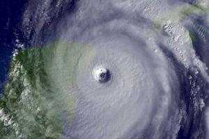 Huracán Wilma. En 2005 el fenómeno alcanzó el récord de intensidad: 295 Km/h y con una presión de 882hPa, matando a 63 personas y dejando daños económicos cercanos a los 30 mil millones de dólares. Foto:Vía Getty Images. Imagen Por: