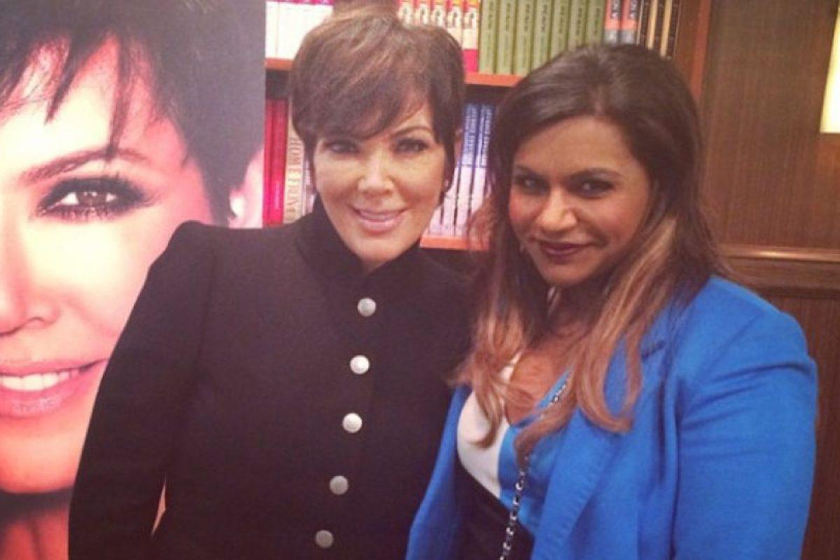 La empresaria incluso compartió esta fotografía con Mindy Kaling, la protagonista de esta famosa producción. Foto:vía instagram.com/krisjenner. Imagen Por:
