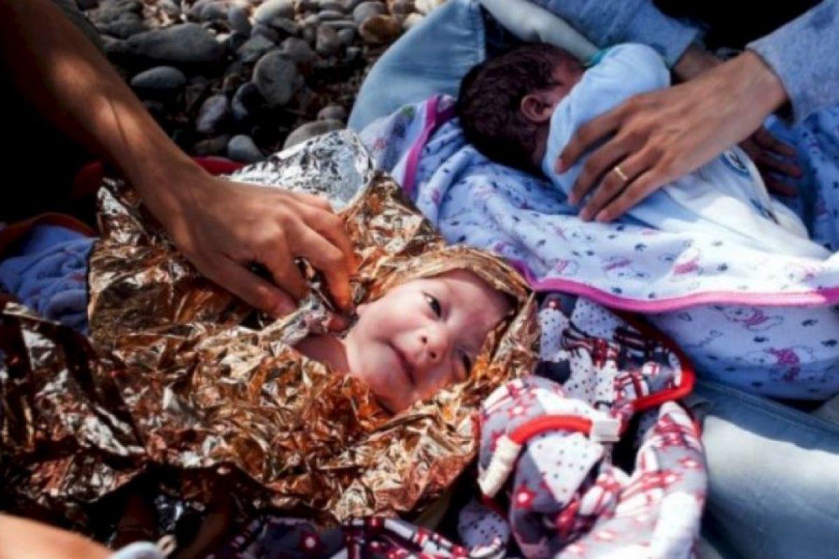 Bebés son cubiertos con papel metálico en su viaje a Europa Foto:AFP. Imagen Por: