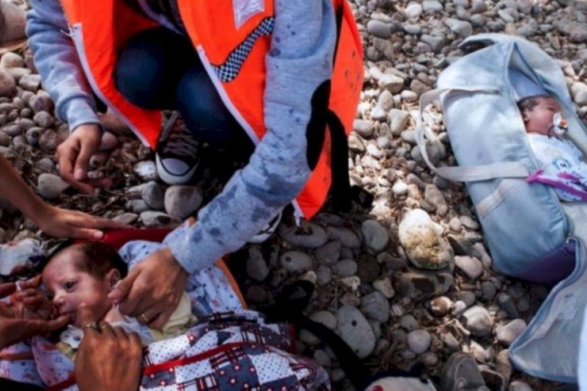 Sus padres solo tenían papel metálico y pocas cobijas para mantenerlos calientes en el viaje de Siria a Europa. Foto:AFP. Imagen Por: