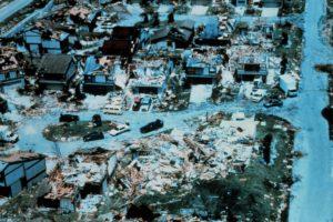 Huracán Andrew de 1992. Este fenómeno azotó a Estados Unidos y a Las Bahamas. 26 mil millones de dólares en perdidas y 23 muertos. Foto:Vía Wikimedia Commons. Imagen Por:
