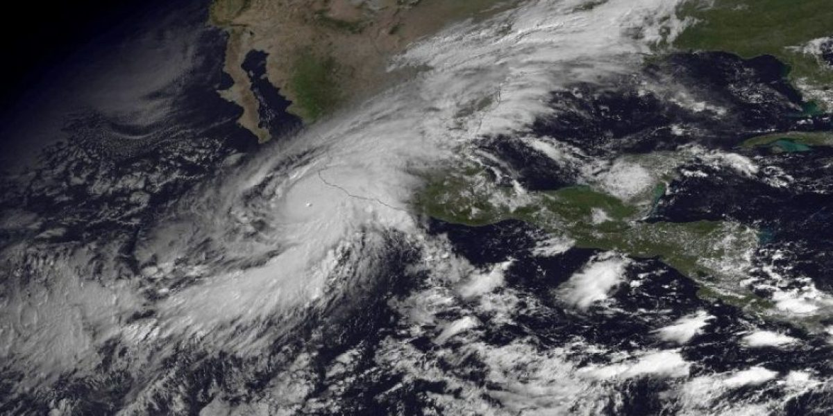Monstruoso huracán Patricia toca tierra en oeste de México