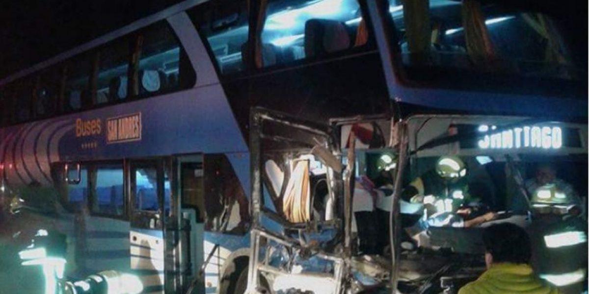 Arica: choque frontal entre bus y autmóvil deja dos muertos