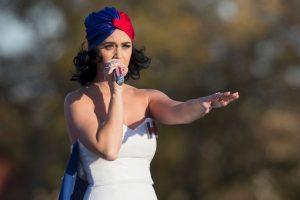 """Perry interpretó """"Roar"""" un tema que se volvió himnos en la campaña electoral de Clinton Foto:AFP. Imagen Por:"""