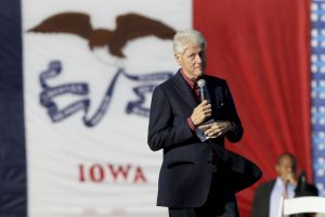 Bill Clinton ha estado recaudando fondos para su mujer pero hasta el sábado no había salido a hacer campaña con ella Foto:AP. Imagen Por: