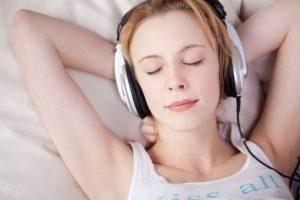 """Escuchar música relaja tanto como recibir un buen masaje. Platón decía: """"la música es para el alma lo que la gimnasia para el cuerpo"""". Foto:Pinterest. Imagen Por:"""