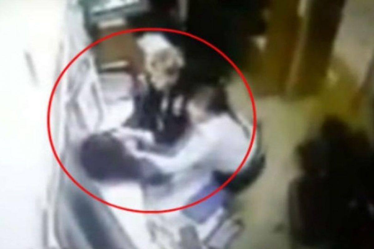 Este hombre detenido huyó y perdió los pantalones. Foto:Vía Youtube. Imagen Por: