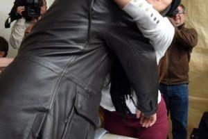 Una joven decidió tomarse un selfie mientras el candidato presidencial oficialista del Frente para la Victoria (FPV) emitía su sufragio. Posteriormente él la abrazó y le dio un beso Foto:AFP. Imagen Por: