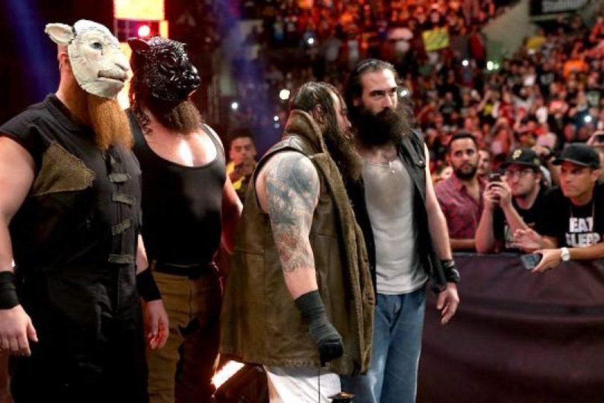 """Pero la Familia Wyatt llegó para castigar más al """"Enterrador"""" Foto:WWE. Imagen Por:"""