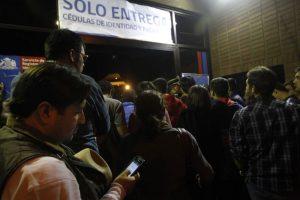 Usuarios esperan la entrega de cédulas la noche de este lunes Foto:Agencia Uno. Imagen Por: