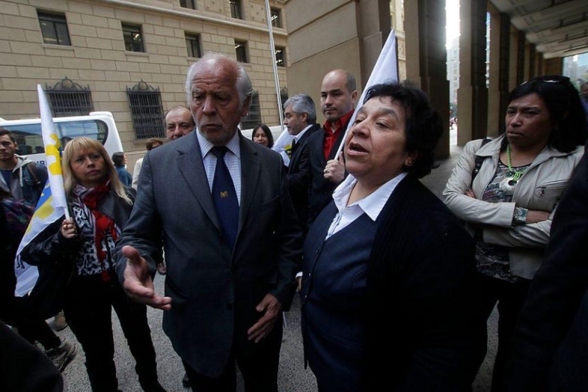 Raúl de la Puente, presidente de la Asociación Nacional de Empleados Fiscales junto a Nelly Díaz, vocera de los trabajadores del Registro Civil Foto:Agencia Uno. Imagen Por: