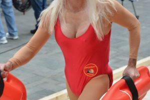 """En 2013, Matt Lauer se disfrazó de Pamela Anderson en """"Guardianes de la Bahía"""". Foto:Getty Images. Imagen Por:"""