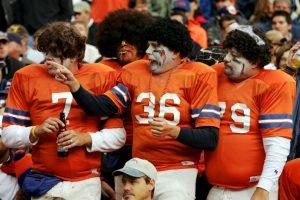 Estos fans de los Broncos de Denver hicieron divertida la celebración. Foto:Getty Images. Imagen Por: