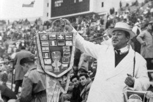 Vendedor de banderines, Estadio Nacional de Santiago de Chile. Campeonato Mundial de Fútbol de 1962. Foto:Fotos Históricas de Chile. Imagen Por: