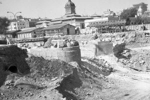 Restos del Puente Cal y Canto de Santiago encontrados durante excavaciones para construir estación del Metro en 1985. Foto:Fotos Históricas de Chile. Imagen Por: