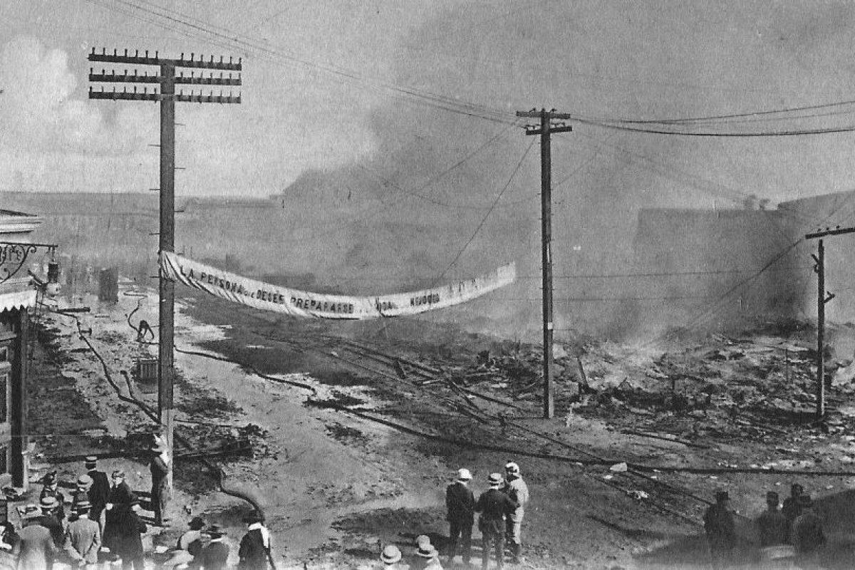 Calle Prat en ruinas después del gran incendio en Antofagasta en 1906. Foto:Fotos Históricas de Chile. Imagen Por: