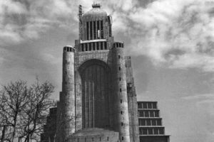 Instalación de la cruz sobre el Templo Votivo de Maipú de Santiago en 1974. Foto:Fotos Históricas de Chile. Imagen Por: