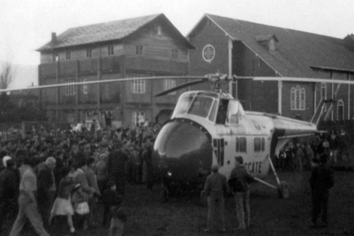 Llegada del primer helicóptero a Puerto Aysén en 1958. Foto:Fotos Históricas de Chile. Imagen Por: