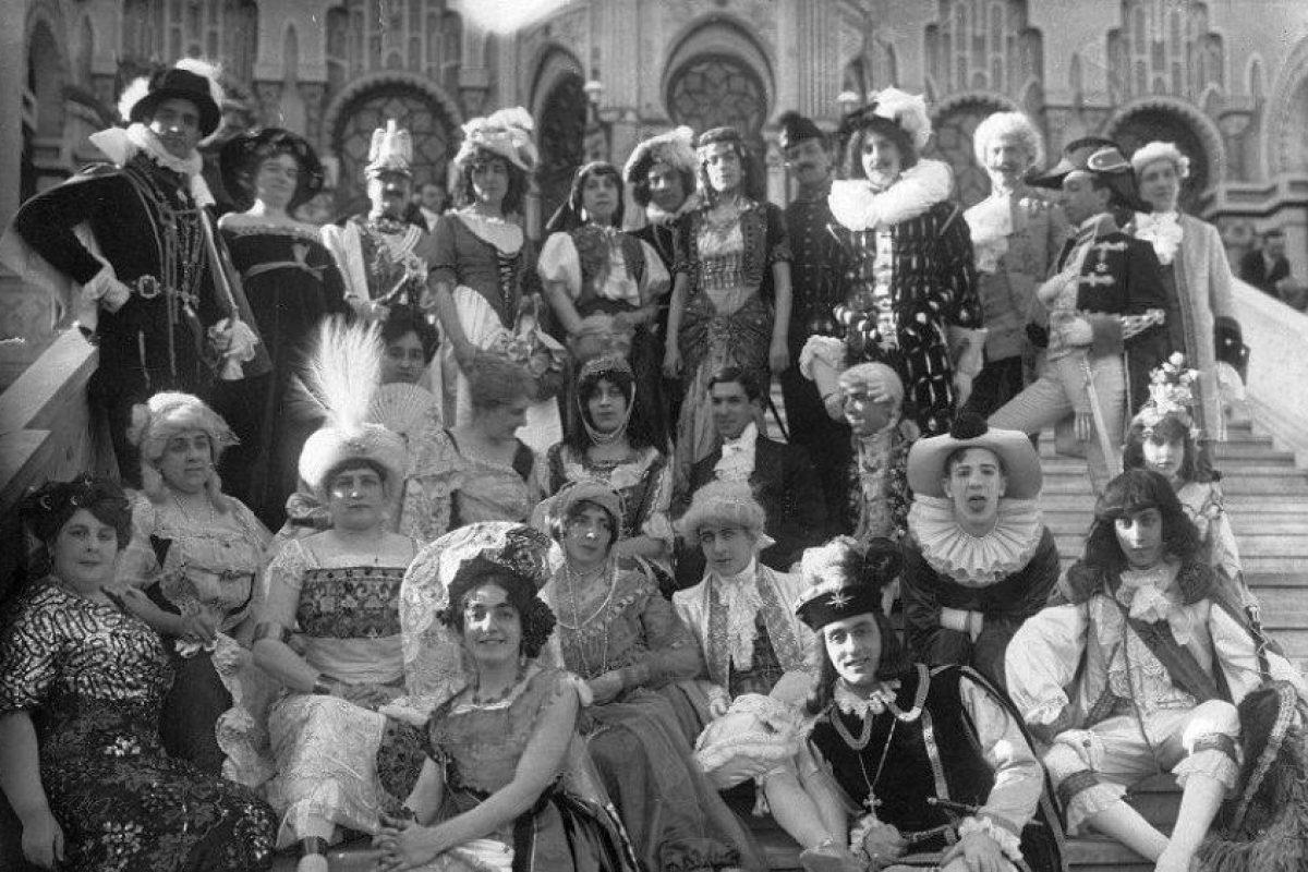 Baile y fantasía en el Palacio de Concha Cazotte de Santiago el 15 de octubre de 1912. Foto:Fotos Históricas de Chile. Imagen Por: