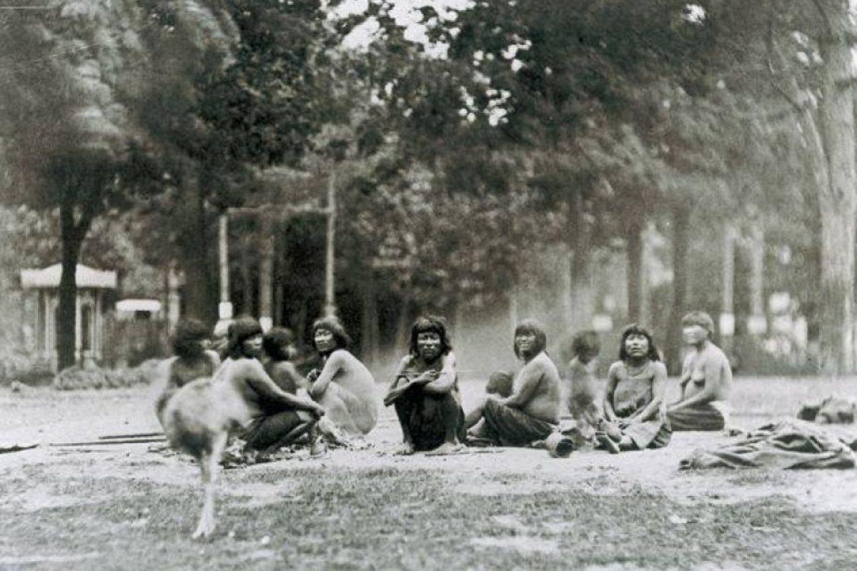 Grupo de Kawésqar en zoológico humano de París, Francia en 1881. Foto:Fotos Históricas de Chile. Imagen Por: