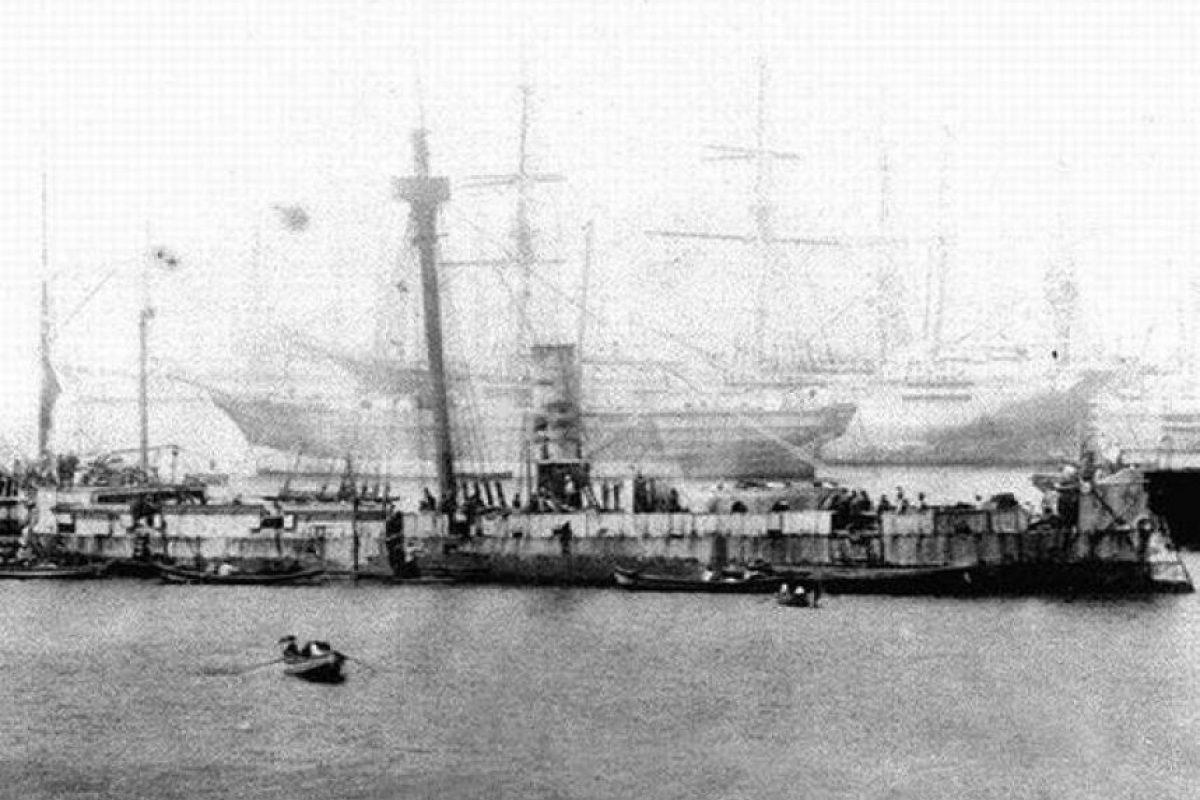 Lo que quedó del Monitor Huascar después del Combate de Angamos, ingresando a Valparaiso el 21 de octubre de 1879. Foto:Fotos Históricas de Chile. Imagen Por: