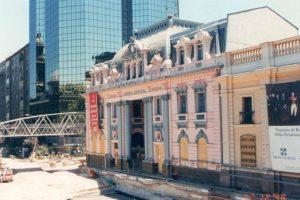 Construcción Estación Metro Plaza de Armas, frente al Correo Central de Santiago en diciembre de 1998. (Colaboración de Carlos Rodríguez) Foto:Fotos Históricas de Chile. Imagen Por: