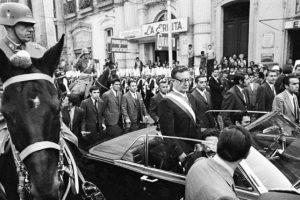 Salvador Allende asume la Presidencia de la República, Augusto Pinochet lo escolta, 04 de noviembre de 1970. Foto:Fotos Históricas de Chile. Imagen Por: