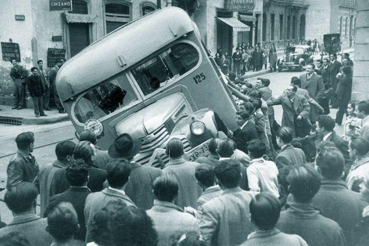 Revolución de la Chaucha o Revuelta de la Chaucha en Santiago con motivo del alza del valor del transporte colectivo en 20 centavos de peso en el año 1949. Foto:Fotos Históricas de Chile. Imagen Por: