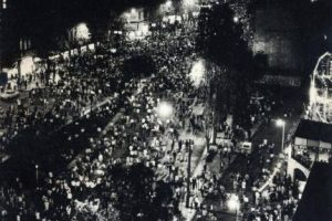 Celebración en avenida Alameda frente a los juegos Diana e Iglesia de San Francisco el día que asumió Salvador Allende como Presidente de la República, año 1970. Foto:Fotos Históricas de Chile. Imagen Por: