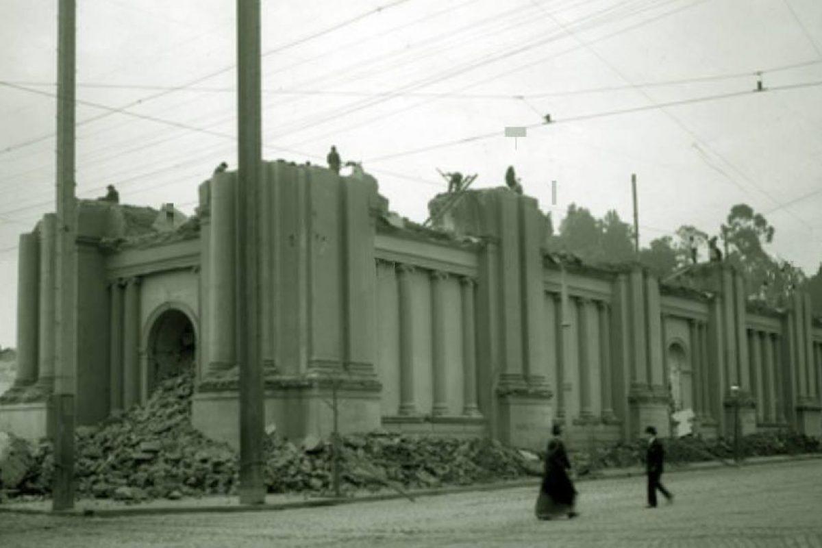 Demolición del Convento e Iglesia de las Monjas Claras para dar paso a construcción de la Biblioteca Nacional. Santiago, año 1912. Foto:Fotos Históricas de Chile. Imagen Por: