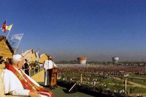 Papa Juan Pablo II en el Parque La Bandera de Santiago en su visita a Chile en el año 1987. (Colaboración de Rolando Hernan Soto Takahashi) Foto:Fotos Históricas de Chile. Imagen Por: