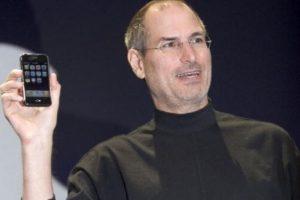 Steve Jobs, CEO de Apple, presentó el primer iPhone el 9 de enero de 2007 en la MacWorld Expo. Foto:Getty Images. Imagen Por: