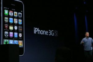 Phil Schiller, vicepresidente de Apple, presentó el iPhone 3GS el 8 de junio de 2009 en la WWDC. Foto:Getty Images. Imagen Por: