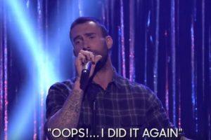 "El conductor retó a Adam a cantar ""Oops I did it again"" de Britney Spears. Foto:YouTube/TheTonightShowStarringJimmyFallon. Imagen Por:"