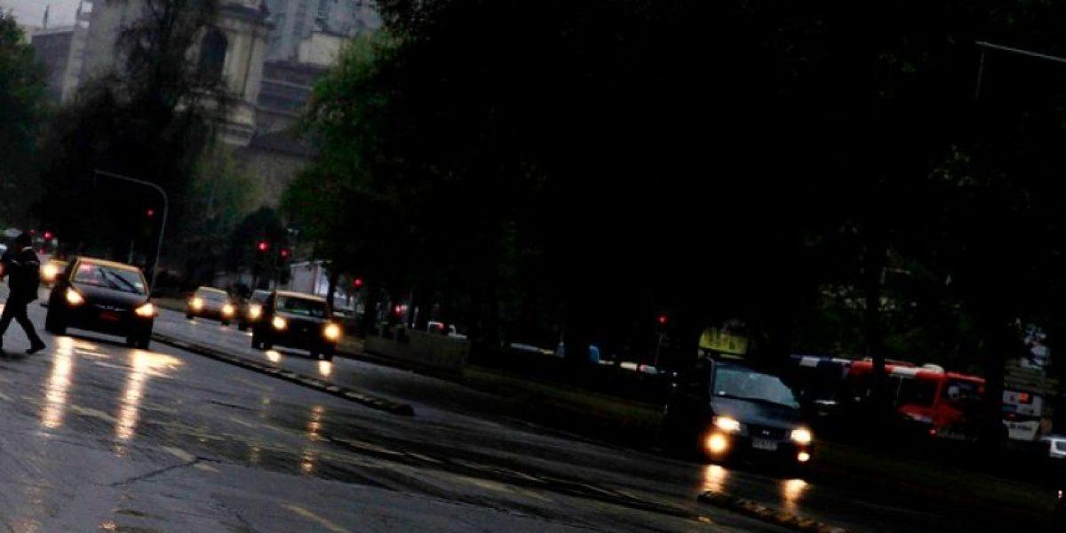 Sorpresiva llovizna empapó las calles santiaguinas durante la mañana
