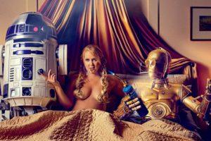 """Schumer sale vestida como la """"Princesa Leia"""" lamiendo el dedo del robot C3PO Foto:GQ. Imagen Por:"""