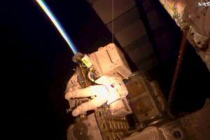 Durante la caminata, que está programada para durar seis horas y media, los astronautas engrasaron un extremo del brazo robótico de la estación Foto:AP. Imagen Por: